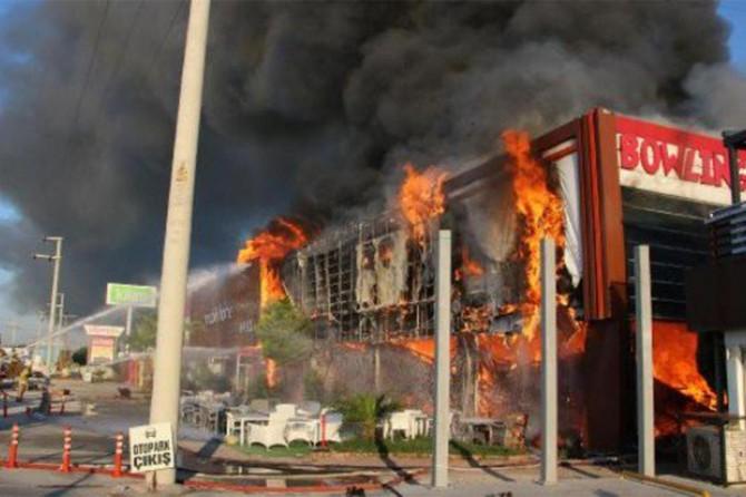 İzmir Bergama'de AVM'de yangın çıktı