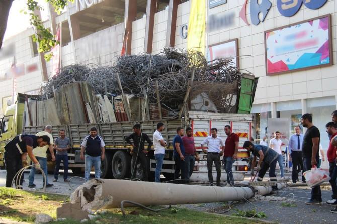 Diyarbakır'da hurda yüklü kamyonun kasası elektrik tellerine takıldı foto