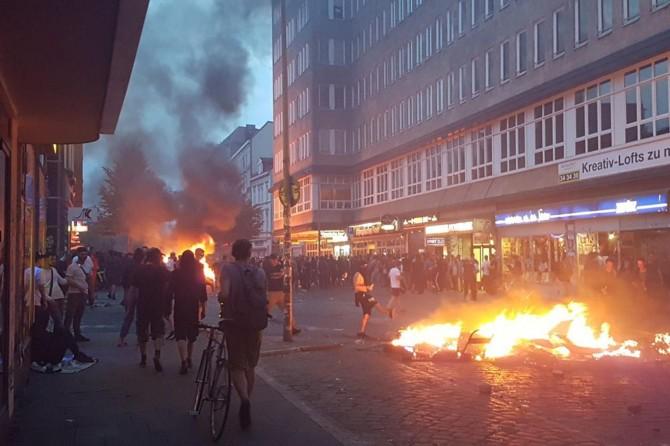 Hamburg'da göstericiler ortalığı yakıp yıktı