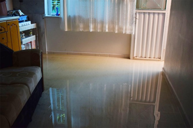 Evlerini lağım suyu basan vatandaşlar belediyeye tepki gösterdi