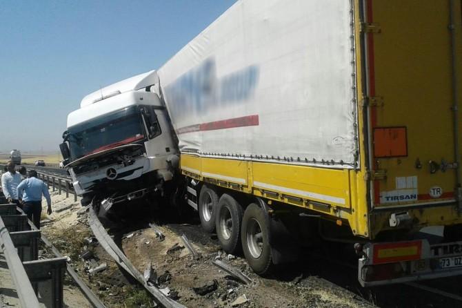 Şanlıurfa'da TIR bariyerlere çarptı: 1 yaralı