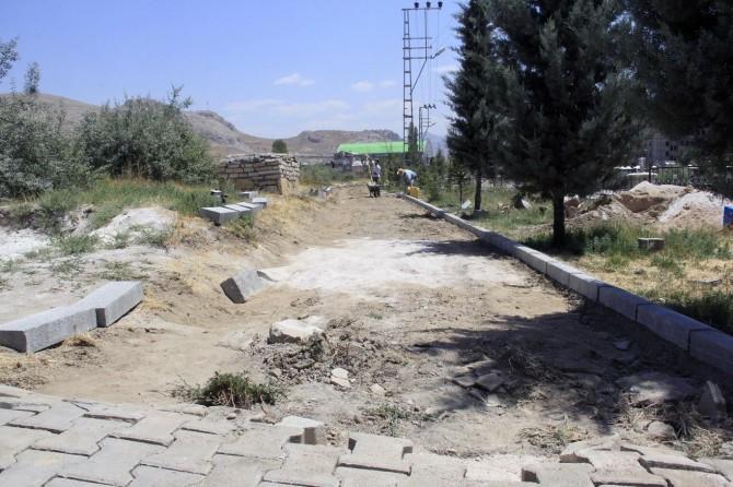 Van Büyükşehir Belediyesinden mezarlıkta çevre düzenlemesi