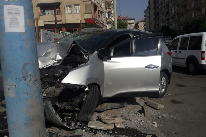 Diyarbakır'da Medine Bulvarında hızını alamayan otomobil elektrik direğine çarptı