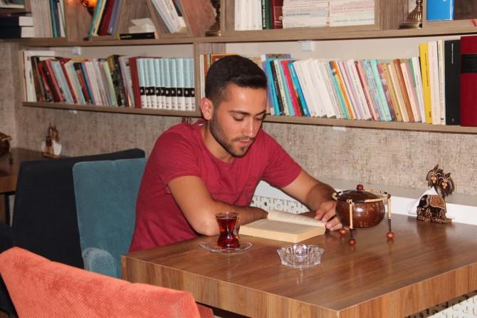 Van'da kitap okuyana çay ve kahve bedava
