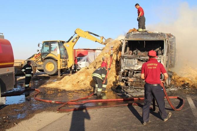 Diyarbakır'da  saman yüklü kamyon alev aldı