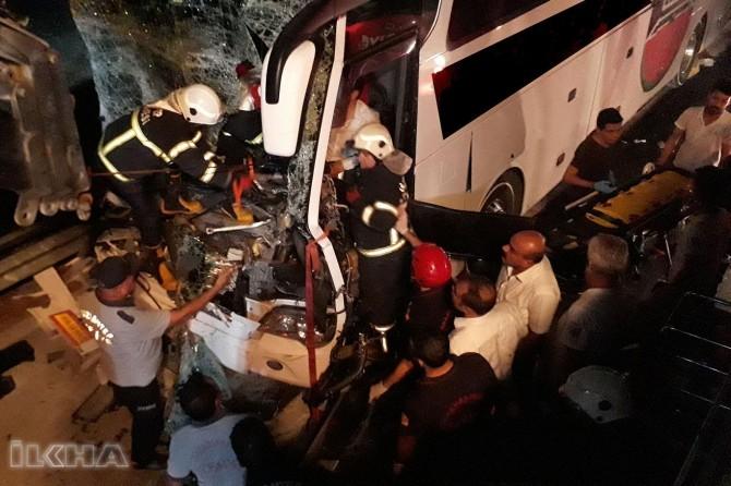 Otobusa rêwiyan li TIRê qelibî: Miriyek 26 birîndar