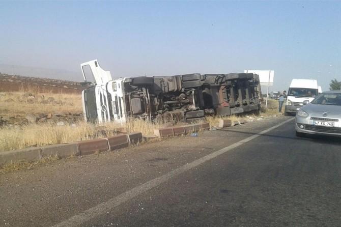 Diyarbakır-Şanlıurfa Karayolunda gıda yüklü kamyon devrildi