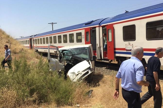 Bingöl Genç'te tren minibüse çarptı: 3 yaralı