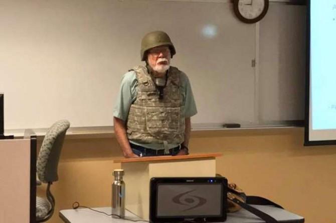 San Antonio Üniversitesi eğitmeni derse çelik yelek giyerek girdi