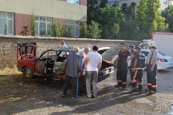 Elazığ'da alev alan otomobil paniğe neden oldu