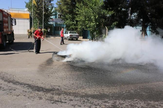 Şanlıurfa Evren Sanayi Sitesi esnafı teker yakarak elektrik kesintilerini protesto ettiler