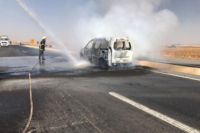 Mardin Nusaybin'de seyir halindeki araç yandı