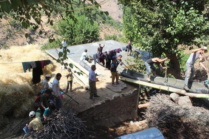Köy sakinleri imece usulü evin çatısını yaptı