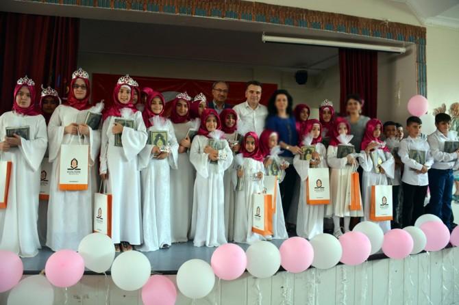 Kur'an kursundan mezun olan kız çocuklarına taç giydirildi