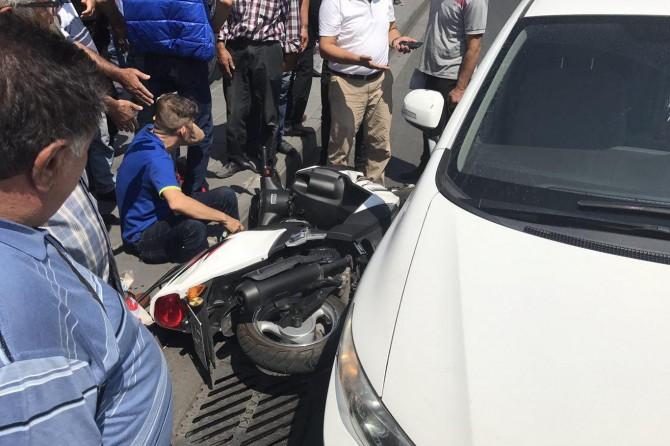 Motosiklet sürücüsü otomobile çarptı: Bir yaralı