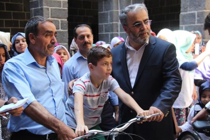 Diyarbakır'da Kur'an Kursu öğrencilerine bisiklet hediye edildi