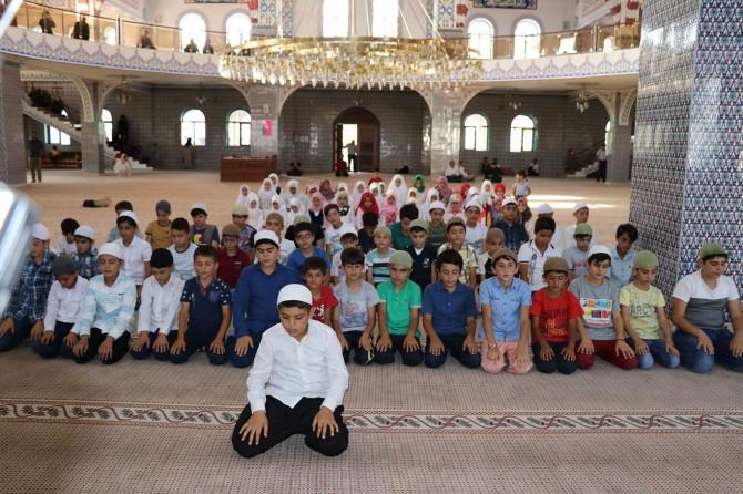 Namaz eğitimini tamamlayan çocuklar camide buluştu