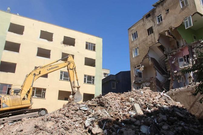Diyarbakır'da yıkım tehlikesi olan 3 apartmanın yıkımına başlandı