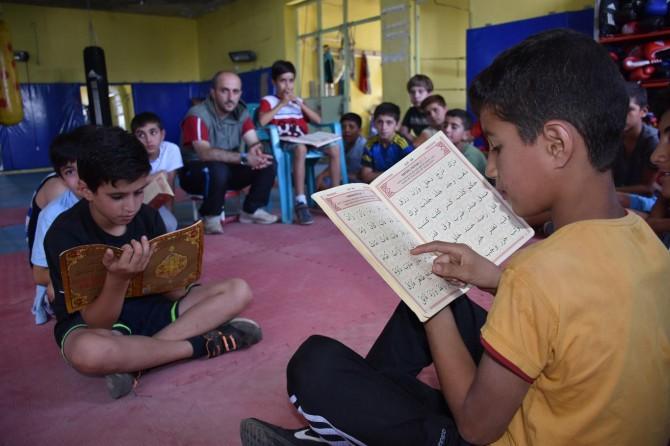 Çocuklar Kur'an-ı Kerim ile boks eğitimini bir arada alıyor