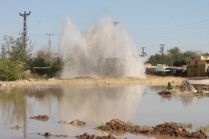 Kızıltepe'de içme suyu boru hattı patlayınca Ekinlik köyünün yarısı boşaltıldı