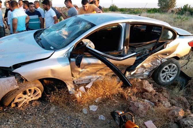 Mardin Midyat'ta yoldan çıkan araç kayalıklara çarptı: 2 yaralı