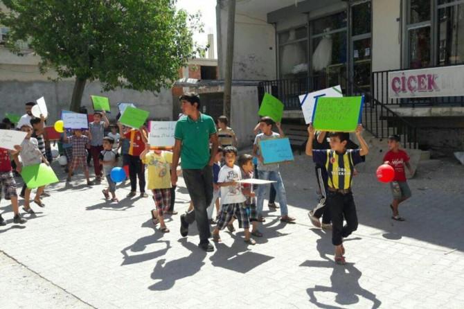 Hani'de çocuklar namaz için yürüdü