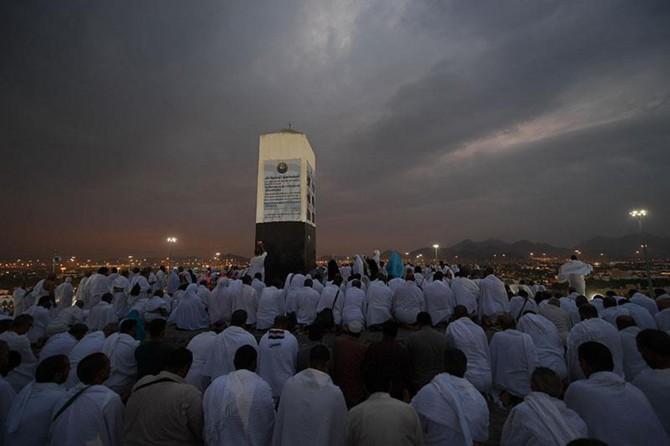 Milyonlarca hacı adayının Arafat'a intikalleri başladı