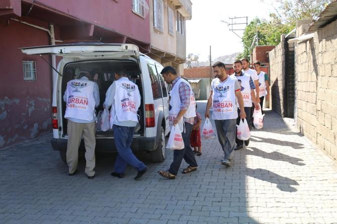 Umut Kervanı Ergani'de 150 aileye kurban eti ulaştırdı