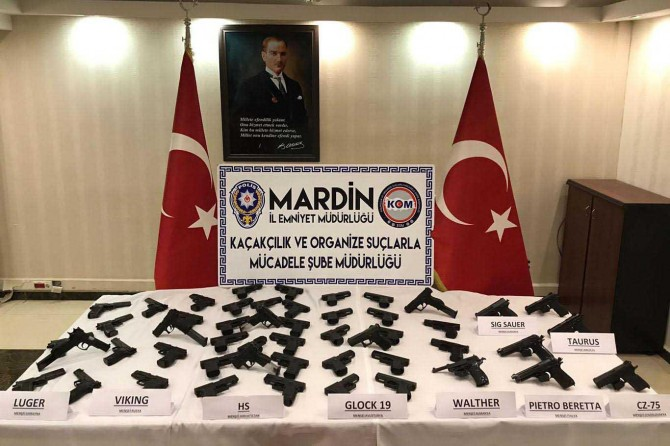 Mardin Kızıltepe'de suikast silahlarıyla yakalanan şüpheliler adliyeye sevk edildi