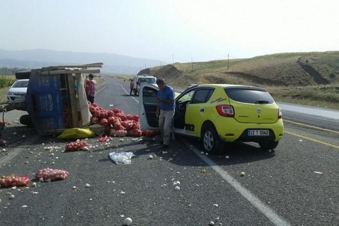 Bingöl-Genç Karayolunda taksi ile traktör çarpıştı: 3 yaralı