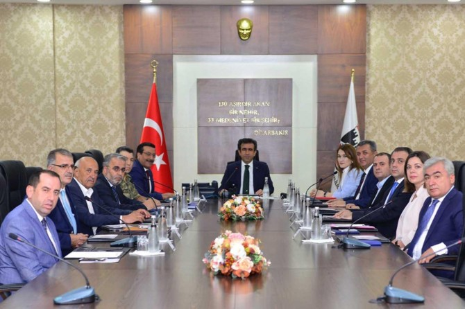 """Diyarbakır Valisi """"Biz Anayoluyuz projesi"""" toplantısına başkanlık etti"""