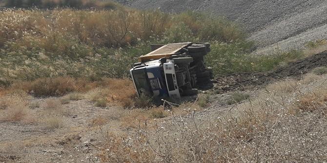 Çınarlı hemşerimizin kamyonu şarampole yuvarlandı