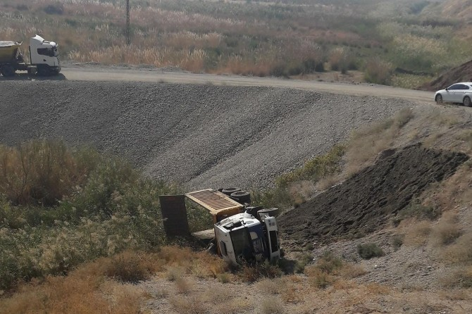 Kum yüklü kamyon şarampole yuvarlandı