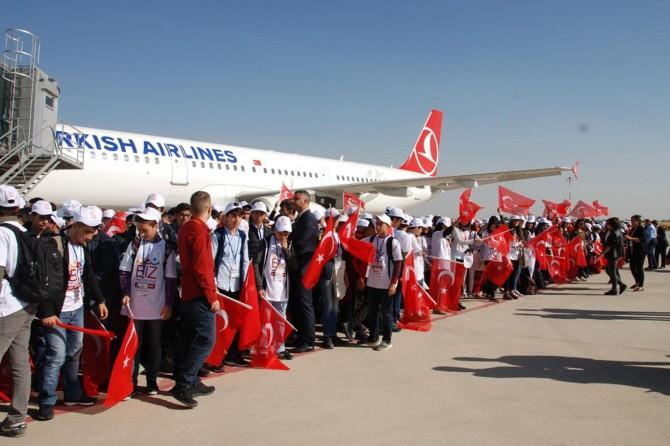 Diyarbakır'da öğrenciler İstanbul ve Çanakkale'ye uğurlandı