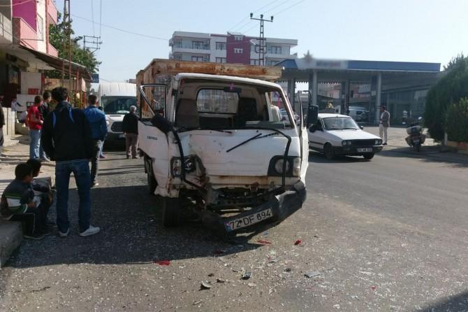 Direksiyon hâkimiyetini kaybeden sürücü park halindeki araçlara çarptı