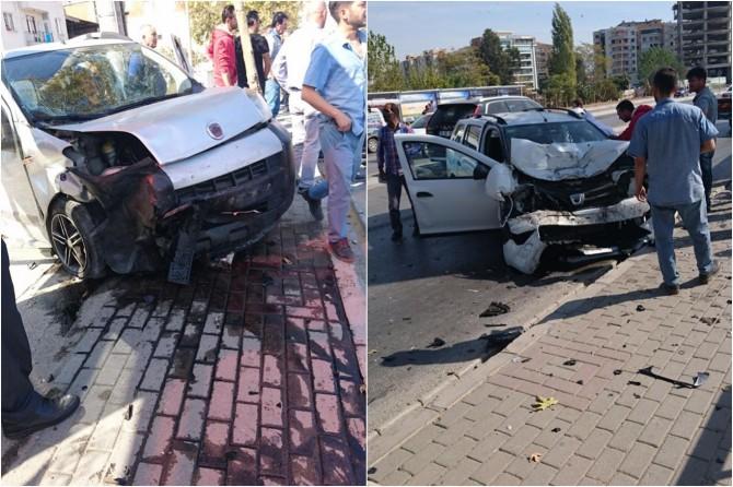 İzmir'de 2 araç çarpıştı: 2 yaralı