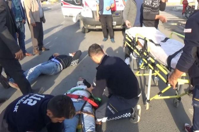 Ani fren yapan otomobile motosiklet çarptı: 2 yaralı