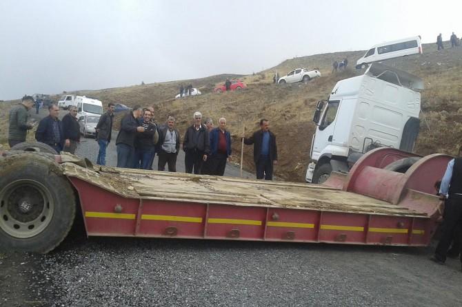 Elazığ Kovancılar'da kontrolden çıkan TIR trafiğin aksamasına neden oldu