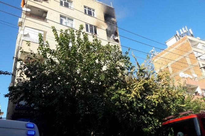 Diyarbakır Bağlar'da binanın son katındaki yangın tedirginliğe yol açtı