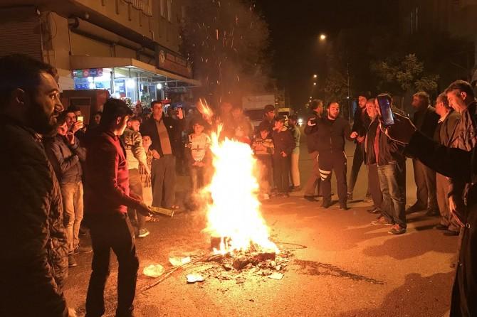 Adıyaman'da elektrik kesintilerini protesto eden vatandaşlar caddeyi trafiğe kapattı