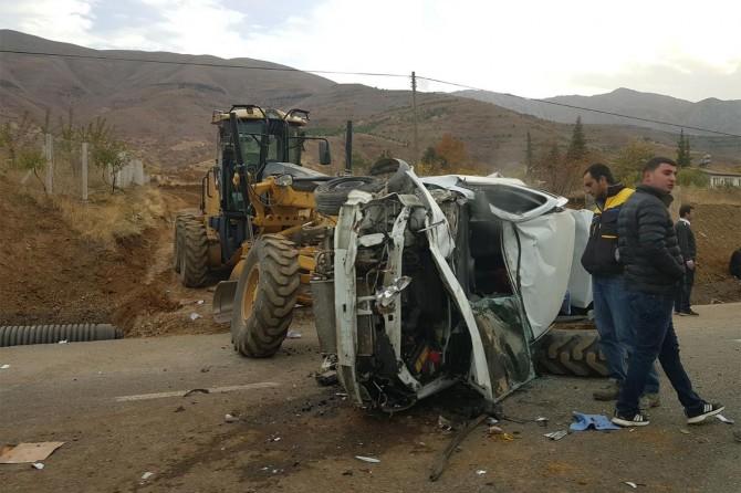 Elazığ Kovancılar'da iş makinası ile çarpışan araç hurdaya döndü