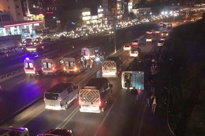 İstanbul D-100 Karayolunda halk otobüsü devrildi: 6 yaralı