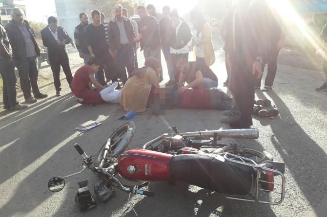 Motosiklet minibüsle çarpıştı: 2 yaralı