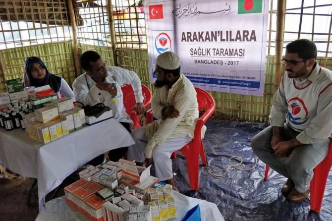 Bangladeş'teki kamplarda kalan Arakanlılar sağlık taramasından geçirildi