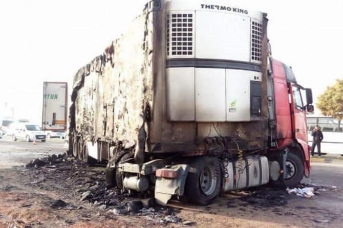 Gaziantep'te kamyonetin çarptığı TIR'da yangın: 2 Yaralı