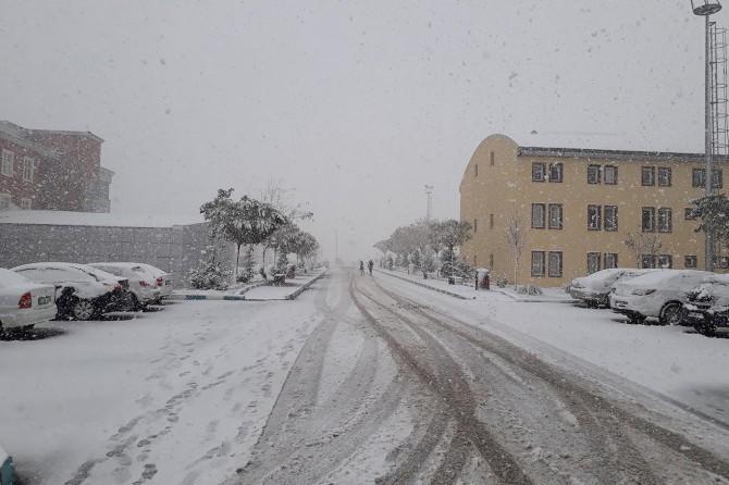 Muş'ta mevsimin ilk karı yağdı