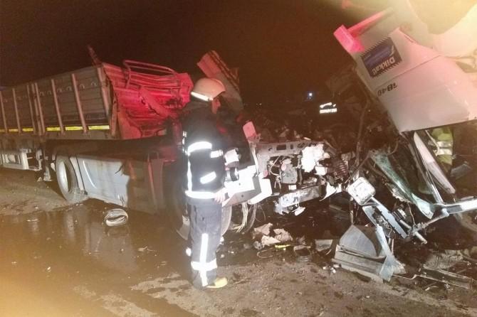 Kaza yapan TIR şoförü hayatını kaybetti