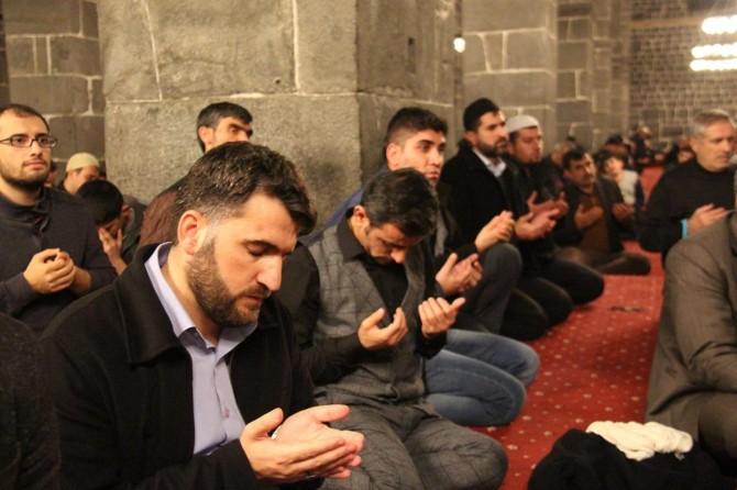 Mevlid Kandili'nde eller dua için semaya kaldırıldı