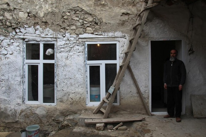 Hani'de tek odalı harabe evde yaşam mücadelesi veren aile yardım bekliyor