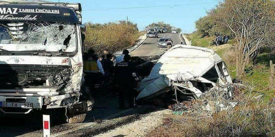 Göçmenleri taşıyan minibüs kamyonla çarpıştı: 10 ölü